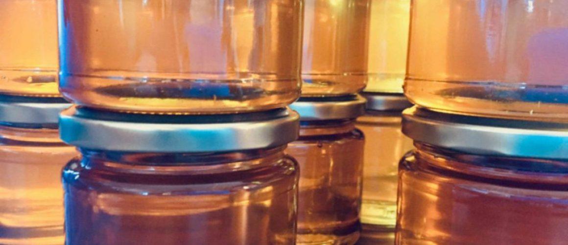 BeeHappy Honig strahlt in Gläsern