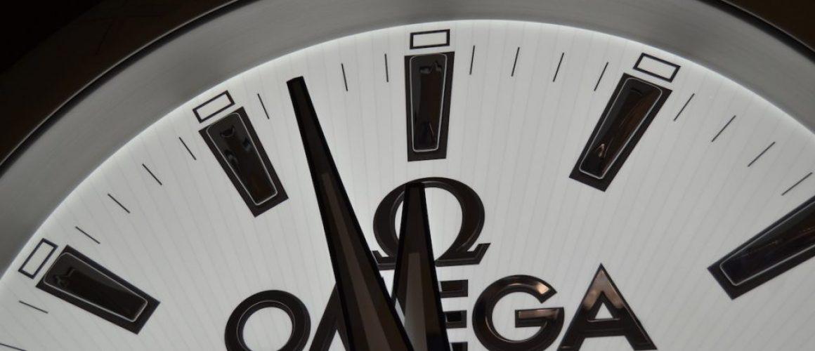 Eine Uhr gibt die Zeit zum Imkern an.