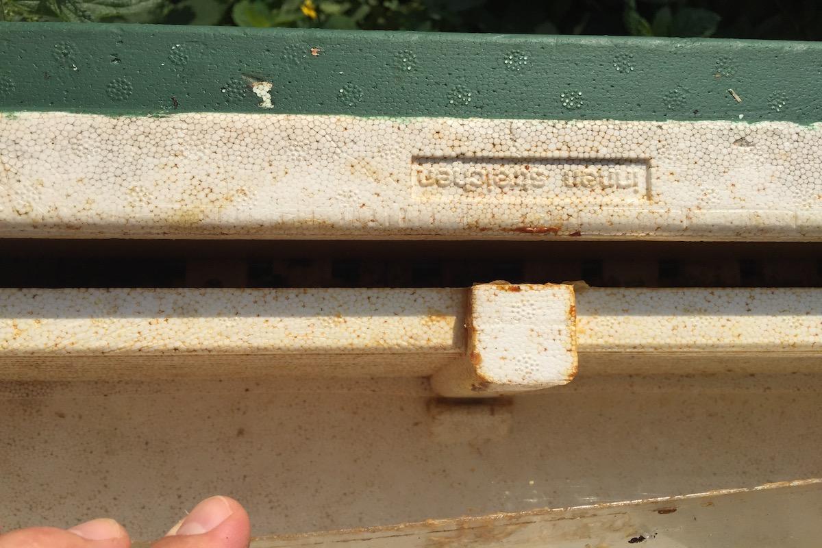 Ein Zugangsspalt für die Bienen zum Bienen Futter