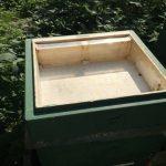 Eine leere Futterzarge mit Plexiglasabsperrung zum Bienen Füttern